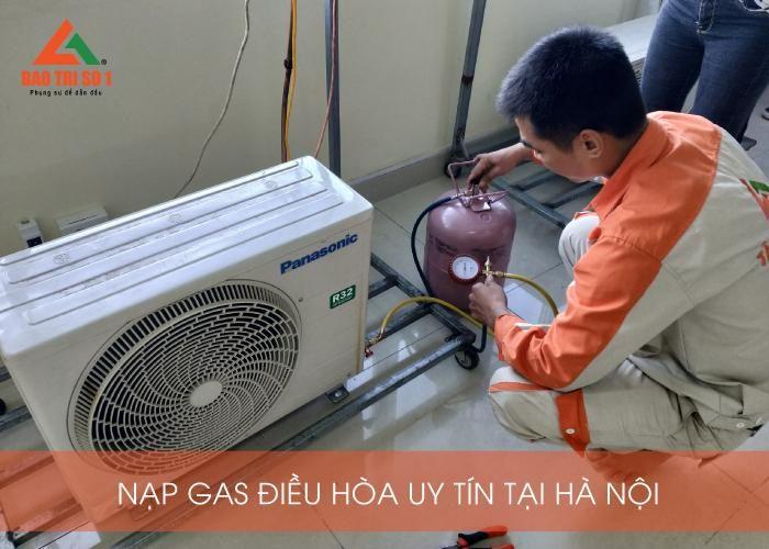 <center>Tiến hành bơm gas điều hòa tại Hà Nội ở nhà khách hàng<center>