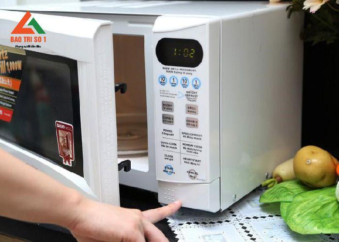 <center>Kỹ thuật viên đang dò bệnh lò vi sóng Electrolux tại nhà khách hàng</center>