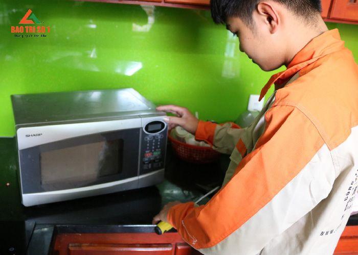 Nhân viên kỹ thuật tiến hành kiểm tra, sửa chữa lò vi sóng quận Cầu Giấy tại nhà