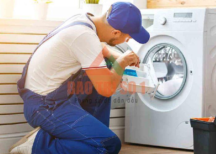 Thợ tiến hành kiểm tra máy giặt không xả nước tại nhà