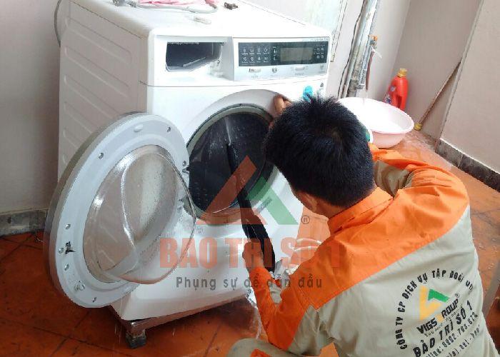 Kỹ thuật viên sửa máy giặt Electrolux lỗi E20 dễ dàng, nhanh chóng