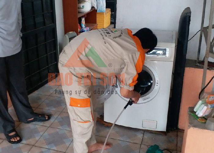 <center>Kỹ thuật dùng vòi xịt trong quá trình vệ sinh mấy giặt Toshiba</center>