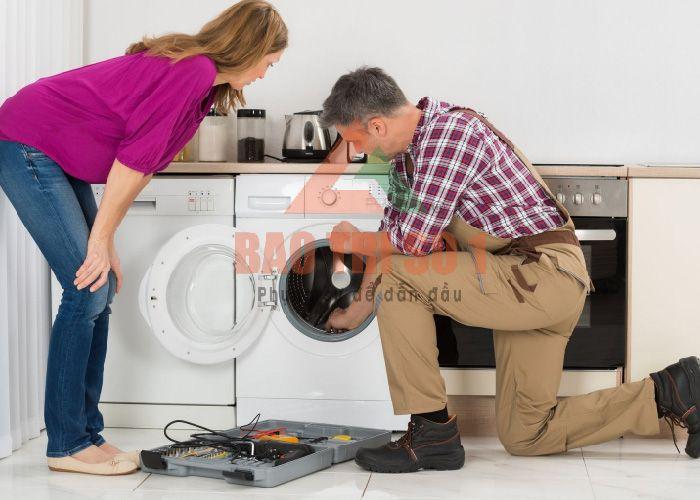 Thợ sửa chữa máy giặt tại nhà tiến hành kiểm tra máy giặt