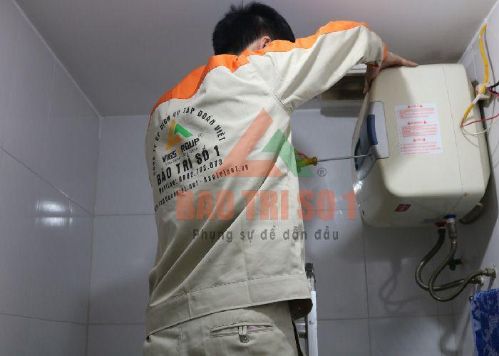 Kỹ thuật viên tiến hành sửa bình nóng Ferroli tại nhà