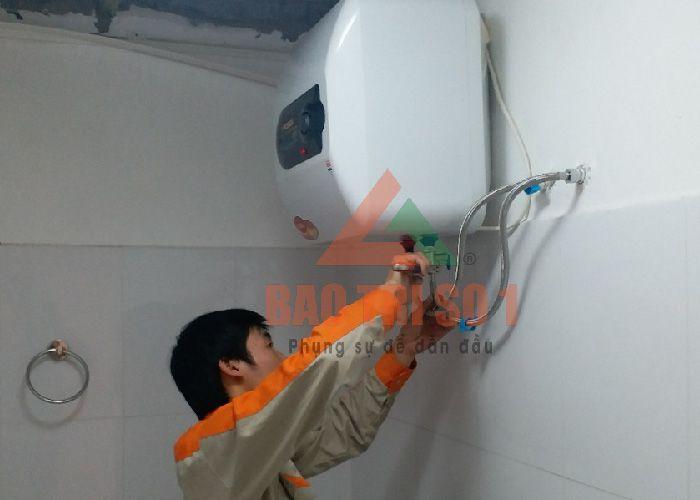 Thợ công ty bảo trì số tiến hành sửa bình nóng lạnh tại hà đông