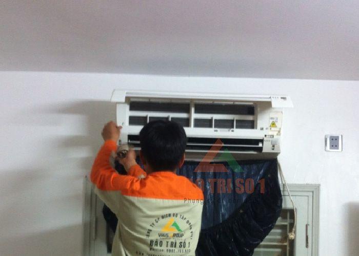 <center>Hình ảnh: Kỹ thuật đang sửa điều hòa Electrolux kêu to tại nhà</center>