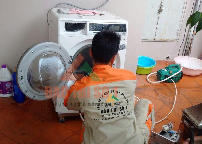 Thợ kỹ thuật kiểm tra, sửa máy giặt cho khách tại nhà