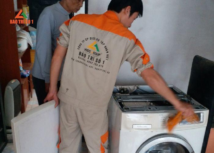 Kỹ thuật của Bảo Trì kiểm tra lỗi và sửa chữa máy giặt Samsung tại nhà