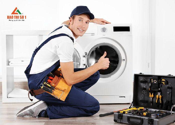 Tiến hành lắp đặt lại máy giặt sau chu trình sửa chữa máy giặt xong