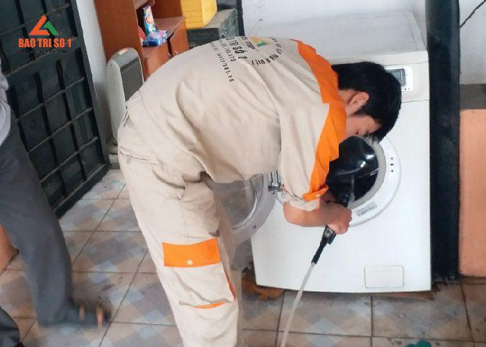 <center>Công việc hàng ngày kỹ thuật viên bảo dưỡng máy giặt Electrolux</center>