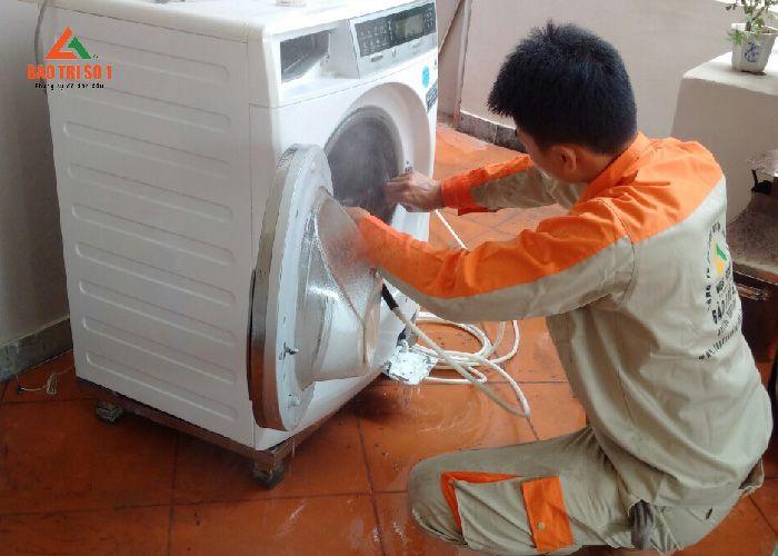 <center>Tiến hành kiếm tra lại tình trạng máy sau khi sửa máy giặt tại khu vực Đại Thanh</center>