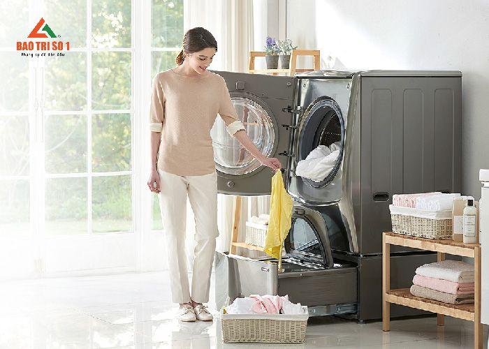 <center>Khách hàng hài hòng sau quá trình bảo dưỡng máy giặt Sanyo</center>
