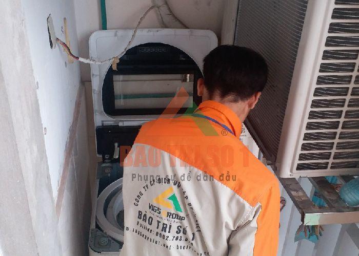 Nhân viên Bảo trì số 1 đang sửa board máy giặt panasonic
