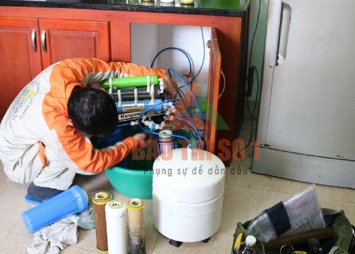 <Center>Hình ảnh trực quan: Kỹ thuật khắc phục máy lọc nước hãng Karofi tại nhà</center>