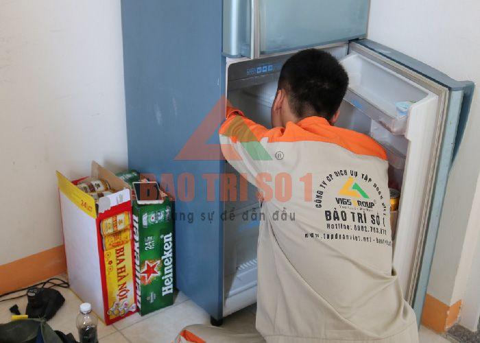 <center>Tủ lạnh làm máy kém, kỹ thuật viên tiến hành thăm dò bắt bệnh tại nhà</center>