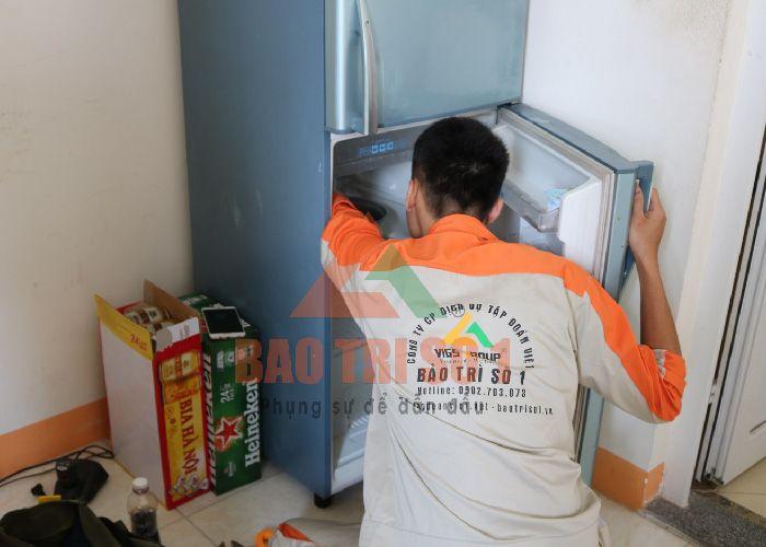 <center>Ngăn mát tủ lạnh gặp sự cố, kỹ thuật viên đang tiến hành dò bệnh tại nhà</center>