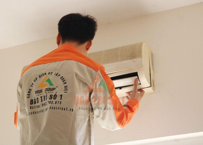 Thợ kỹ thuật sửa điều hòa quận Ba Đình kiểm tra thiết bị cho khách hàng