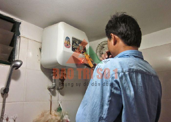 Kỹ thuật viên sửa nóng lạnh hiệu quả tại nhà cho khách