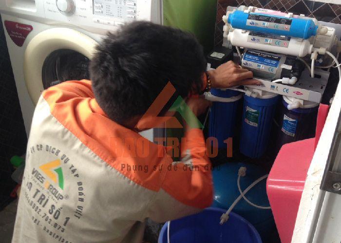 Kỹ thuật Bảo Trì kiểm tra máy để thay lõi máy lọc nước Karofi chính hãng