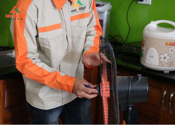 Thợ kỹ thuật sửa quạt điện tại nhà cho khách hàng