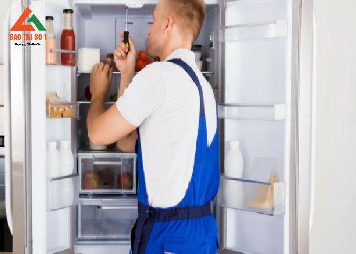 Kết thúc quá trình sửa tủ lạnh tại Hai Bà trưng, tiến hành lắp đặt lại thiết bị