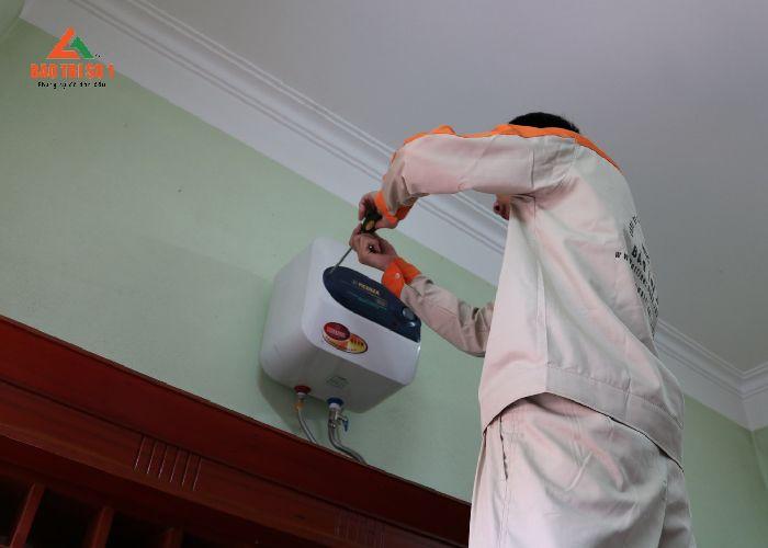 Kỹ thuật viên sửa chữa bình nóng lạnh Sanyo nhanh chóng, tiết kiệm chi phí