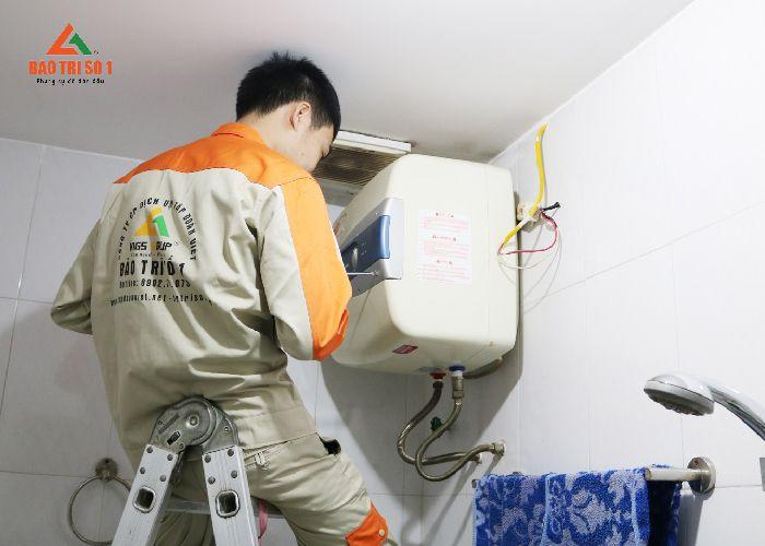 Kỹ thuật viên tiến hành cách bảo dưỡng bình nóng lạnh Olympic tại nhà