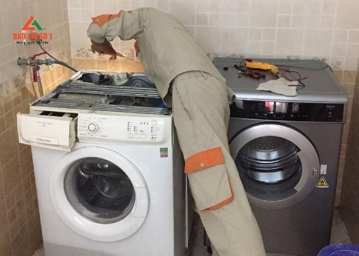 <center>Vệ sinh máy giặt Electrolux xong, bắt đầu tiến hành lắp đặt lại thiết bị</center>