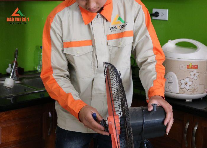Nhân viên Bảo trì số 1 hỗ trợ sửa quạt điện tại nhà khách hàng