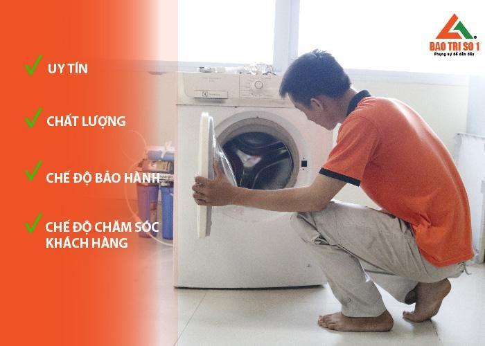 <center>Hình ảnh: Kỹ thuật đang tiến hành sử lý lỗi máy giặt chảy nước</center>