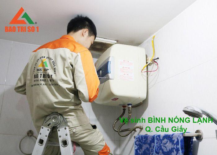 Kỹ thuật Bảo Trì đang tiến hành mở tháo bình nóng lạnh ra tiến hành vệ sinh