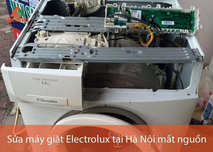 Máy giặt được kỹ thuật tháo lồng ra chuẩn bị cho quá trình bảo dưỡng ngay tại nhà khách quận Cầu Giấy