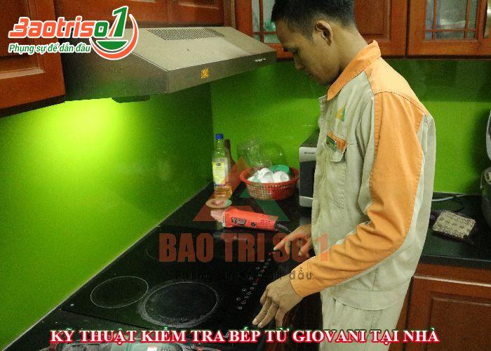Hình ảnh kỹ thuật trực tiếp kiểm tra bếp từ ngay tại nhà khách hàng
